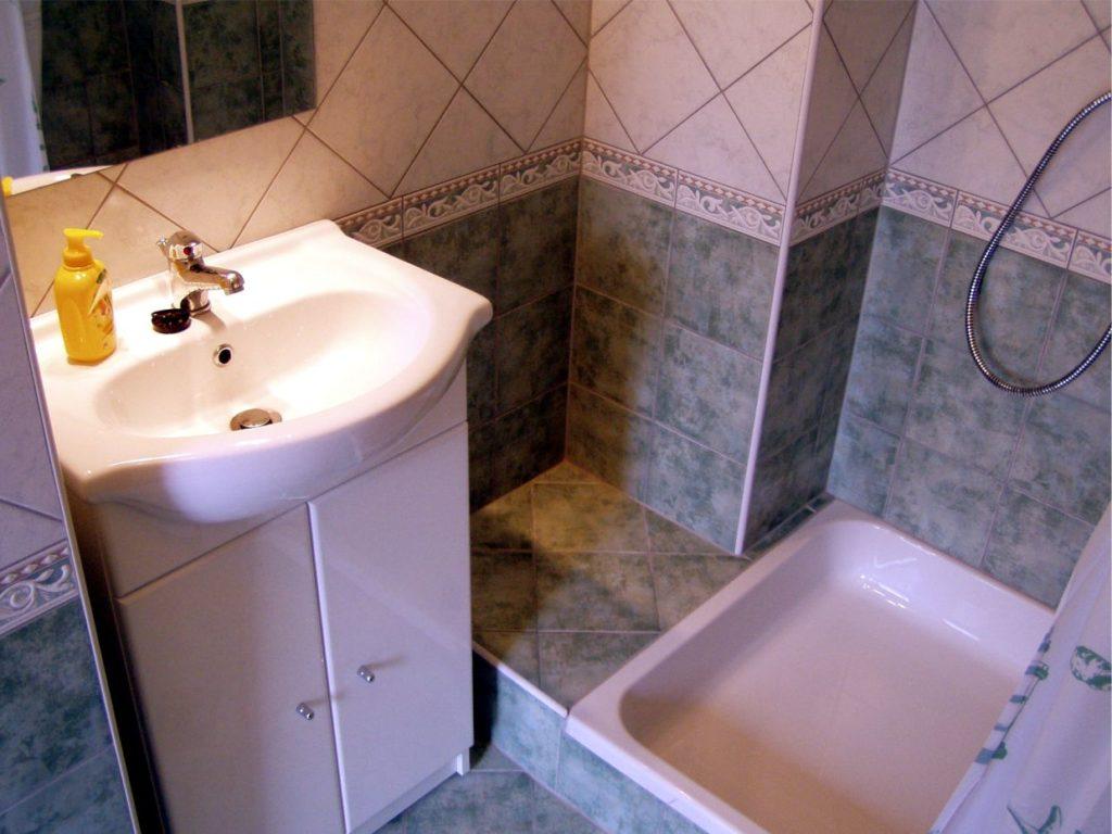 Ha északon van a fürdõszoba és zöld a csempe, akkor szerencséd van, nem kell a csempét se leverni, se újrafesteni.