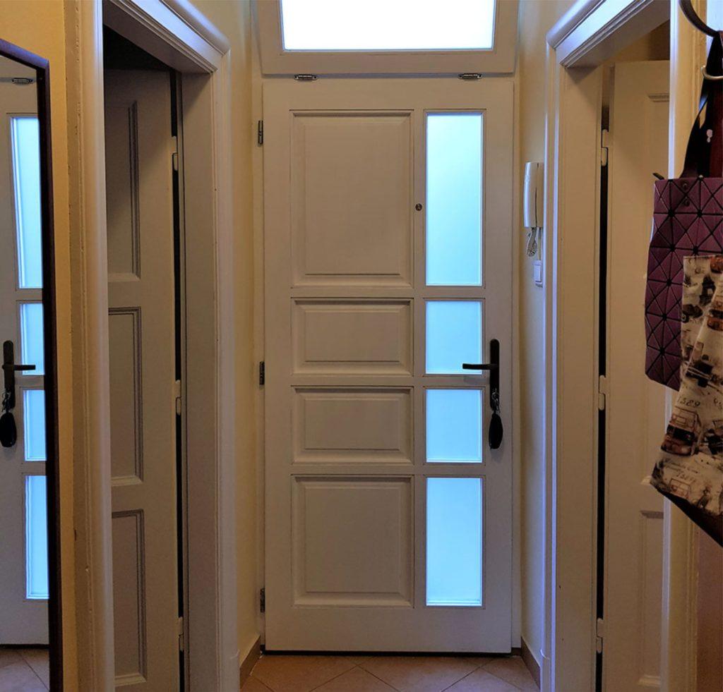 Az ablakos ajtónak köszönhetően az előszoba világos. Reggelente jól esik kilépni a napsütésbe. A bal oldalon látható tükör az előszoba északkeleti falán van, ahol nagyon jó helyen van egy tükör.