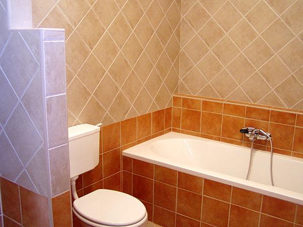 A vécét egy kis parapet fal takarja, hogy a fürdő ajtajából ne lehessen egyből rálátni.
