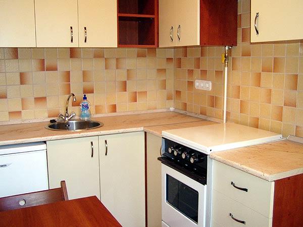 Meleg, ugyanakkor világos színek jellemzik a konyhát, amelyek igazodnak mind a konyha funkcióhoz, mind az égtájhoz, A világos összhatásra azért is törekedtünk, hogy a konyha tágasabbnak hasson.