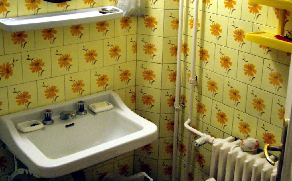 Nem számít, hogy ódivatú a fürdőszoba (azt fel lehet újítani), csak ne a lakás közepén legyen! (Végül ezt a lakást vettük meg...)