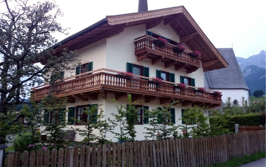 Azért szeretem ezeket a szép, nagy osztrák házakat, mert szabadon állnak és minden égtáj felé vannak ablakaik: észak és kelet felé is.