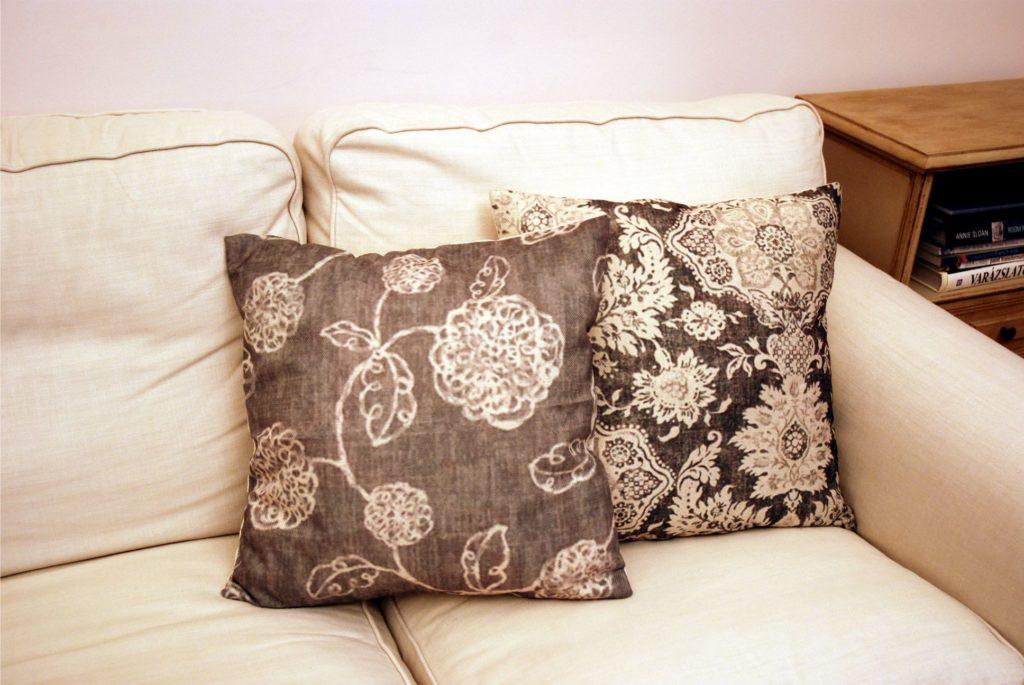 Ha a délnyugati nappalidban túl világosak a bútorok, elhelyezhetsz néhány barna vagy sötét drapp, esetleg szürkés párnát.