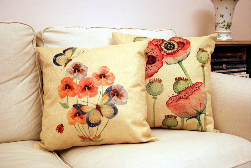 A mákvirágos párnával együtt üde színfoltja lehet a lakásnak.