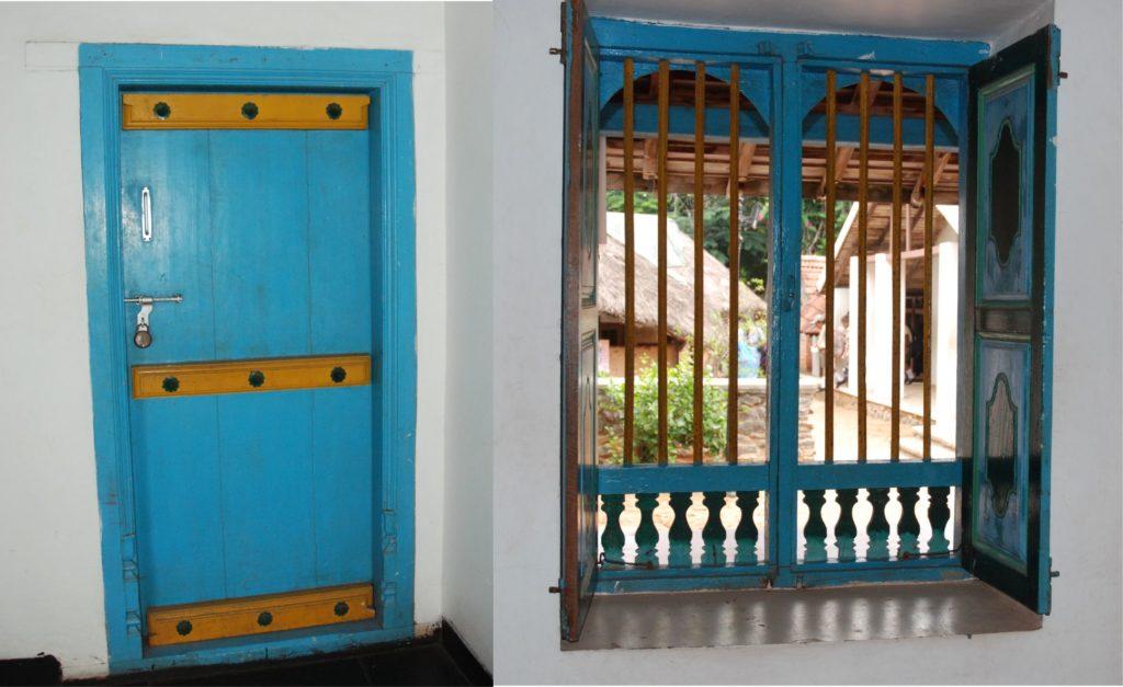Egy ilyen kék színű ajtó és ablak Indiában teljesen természetes. Na de nálunk? (A mi falunkban egyébként hagyománya van a kékre festett nyílászáróknak, nagyon szépek is, de új házaknál nem alkalmazzák, csak a régi parasztházak felújításakor.)