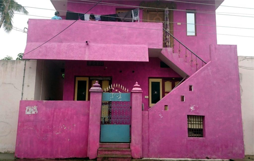 Ezt a képet Dél-Indiában, Mahabalipuramban készítettem. Na ott aztán mernek bánni a színekkel! Meg fogsz azonban lepődni azon, amit most mondok: a ház falai belül még egy ilyen színes házban is többnyire fehérek! Miét? Mert a fehér hűsít és tiszta és az elmét is hűsíti, nem izgatja fel, mint az erős színek. Ez a szín a lakáson belül használva folyamatosan izgatná, ingerelné az elménket, ami hosszútávon nem tenne jót.