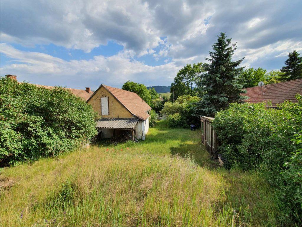 Ezen a képen látszik a ház északi oldala, ami zárt és kicsit lomos is. Ha jobban megnézed a képet, a déli lejtés és érzékelhető.