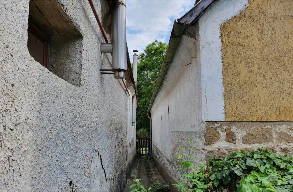 Ezen a képen jól látszik, hogy egyetlen ablak sincs keleten. (A jobb oldali házról van szó, észak felől fotózva.)