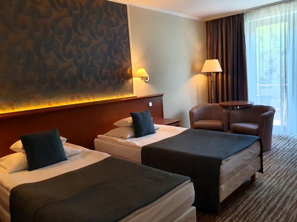 A nyugodt földszínek nagyon kedvezőek a hálószobában. A fotó egy elegáns visegrádi szállodában készült.