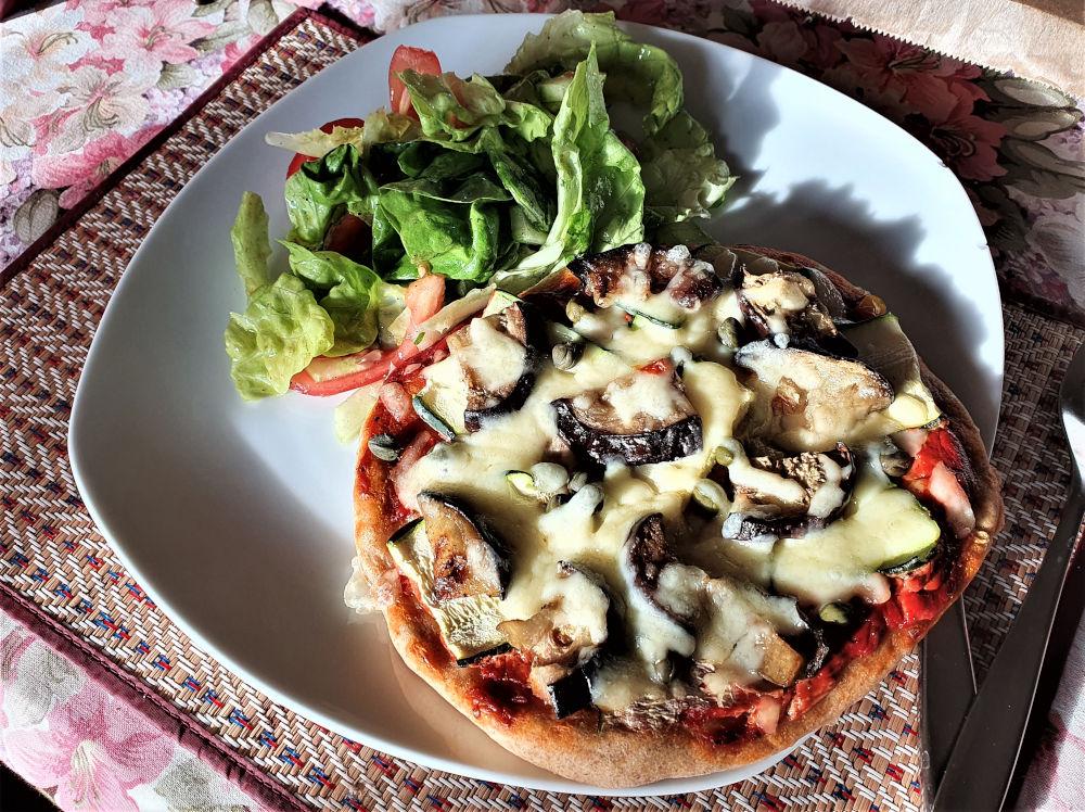 A pizza nem tartozik a kifejezetten egészséges ételek közé. Na de, ha a tésztáját tönköly liszttel és kovásszal gyúrod (hagyományos finomliszt és élesztő helyett), ha a tetejét jól megkapkolod zöldségekkel és még egy jó adag friss salátát is eszel hozzá, akkor nem csak az ízelelőbimbóid, hanem a tested is örülni fog!