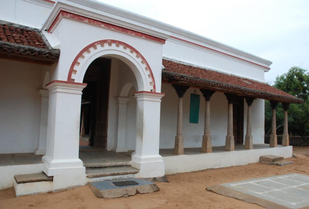 Nem csak az a fontos, hogy a ház bejárata hangsúlyos legyen, hanem az is, hogy kedvező helyre kerüljön. (Ezt a házat és a fentit is Dél-Indiában fotóztam.)