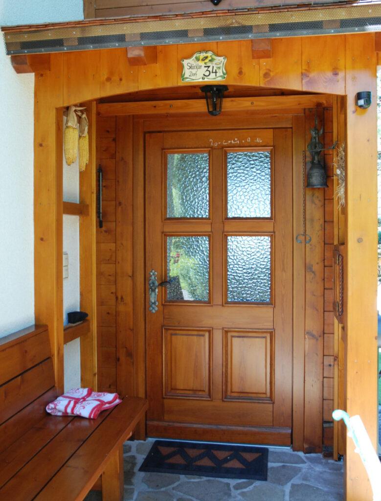 Ha a bejárat kedvező helyen van - északon vagy keleten -, akkor az ajtó legyen üvegezett.