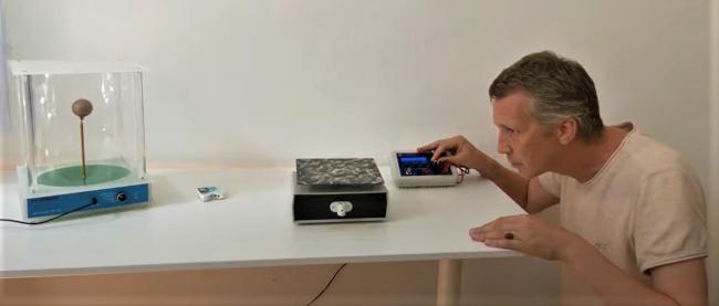 Marcus Schmieke az új, frekvenciákkal kapcsolatos kísérletének végrehajtása közben