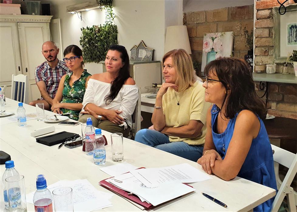 A találkozónak a Budán található Szelence Café adott otthont. A képen balról jobbra haladva: Soós László, Miklovics Mónika, Nesztler Angéla, Kiss Gabriella és Farkasné Zsuzsa.